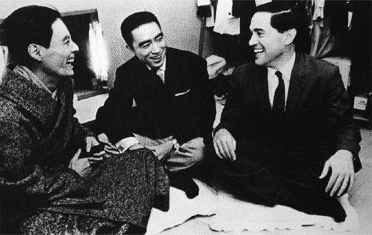 Donald Keene con el escritor Yukio Mishima (centro) y el actor Hiroshi Akutagawa, después de la representación de la obra
