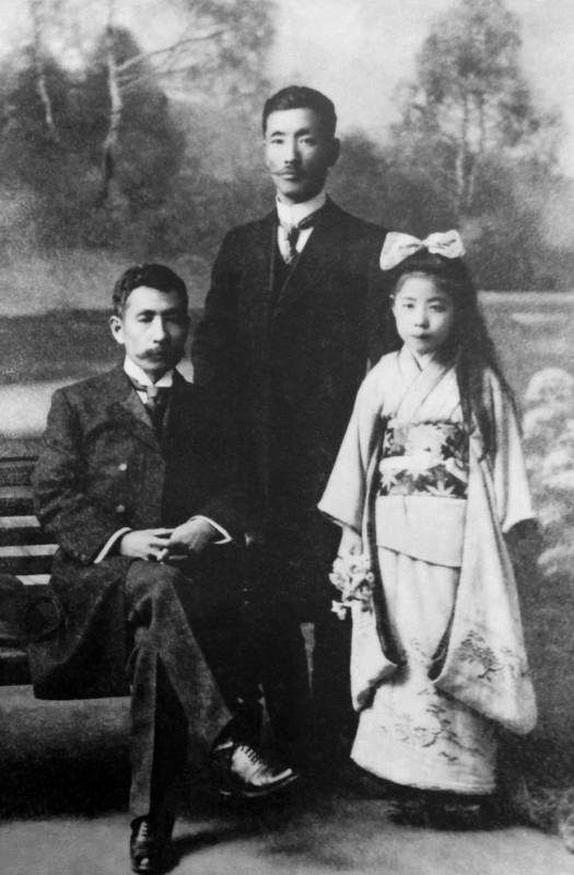 Natsume Sôseki (izquierda) con su nieta, Hisayo, y su amigo el médico Gyôtoku Toshinori (de pie) en 1911