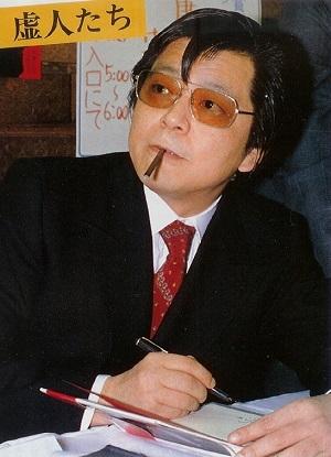 Yasutaka de jovenzano mientras escribe maldades en el libro de un fan.