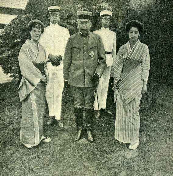 Oyama_Iwao_and_family_in_1904